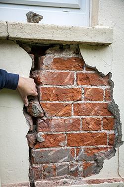 cracked exterior foundation